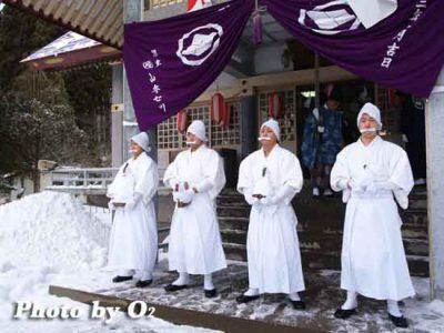 北海道 木古内町 寒中みそぎ 行修者 海水沐浴へ