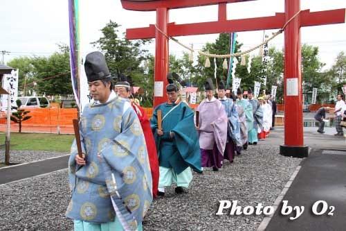 平成22年 美瑛神社宵宮祭 拝殿に入る神職