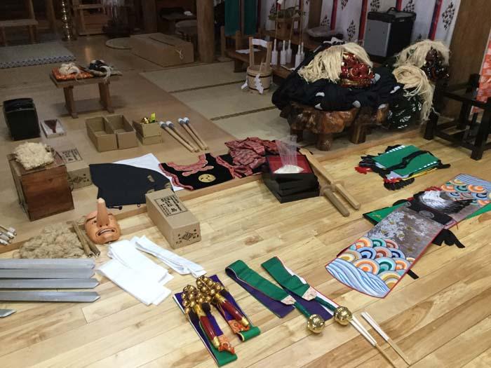 尻岸内八幡神社 拝殿 神楽道具
