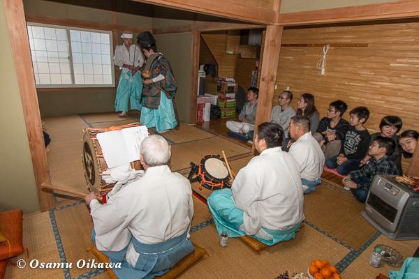 松前町 清部地区 招待神楽 家の中で神楽