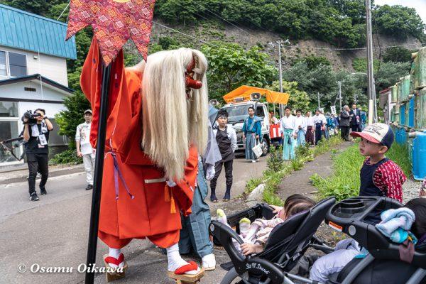 平成30年 古平町 琴平神社 例大祭 渡御祭 猿田彦 子供を睨む