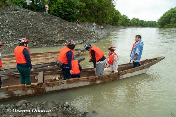 平成30年 平取町 チプサンケ アイヌ民族 沙流川 丸木舟に乗る01