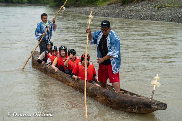 平成30年 平取町 チプサンケ アイヌ民族 沙流川 丸木舟に乗る02