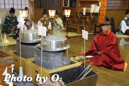 平成22年 北斗市 上磯八幡宮 春の祈年祭 鎮釜湯立式 笹入01