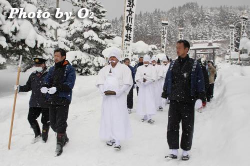 木古内町 佐女川神社 寒中みそぎ祭 行修者 みそぎ浜へ01