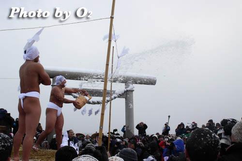 木古内町 佐女川神社 寒中みそぎ祭 行修者 観客へ水垢離